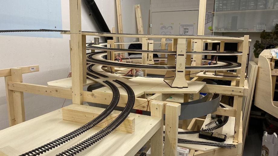Eine Ganzansicht des kompletten 2.5fachen Gleiswendels mit Märklin K-Gleis Kurven 2241 und 2251