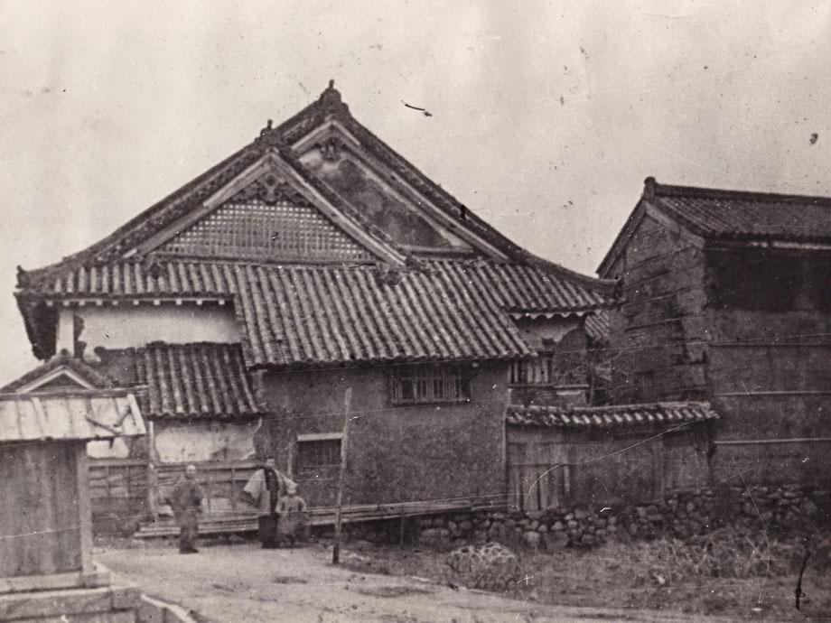 大正初年頃の今西家住宅西側面(牢屋、三階蔵残存)