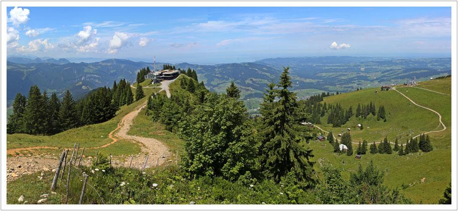 Bergrestaurant Baumgarten oberhalb von Bezau, dahinter sieht man den Bodensee am Horizont