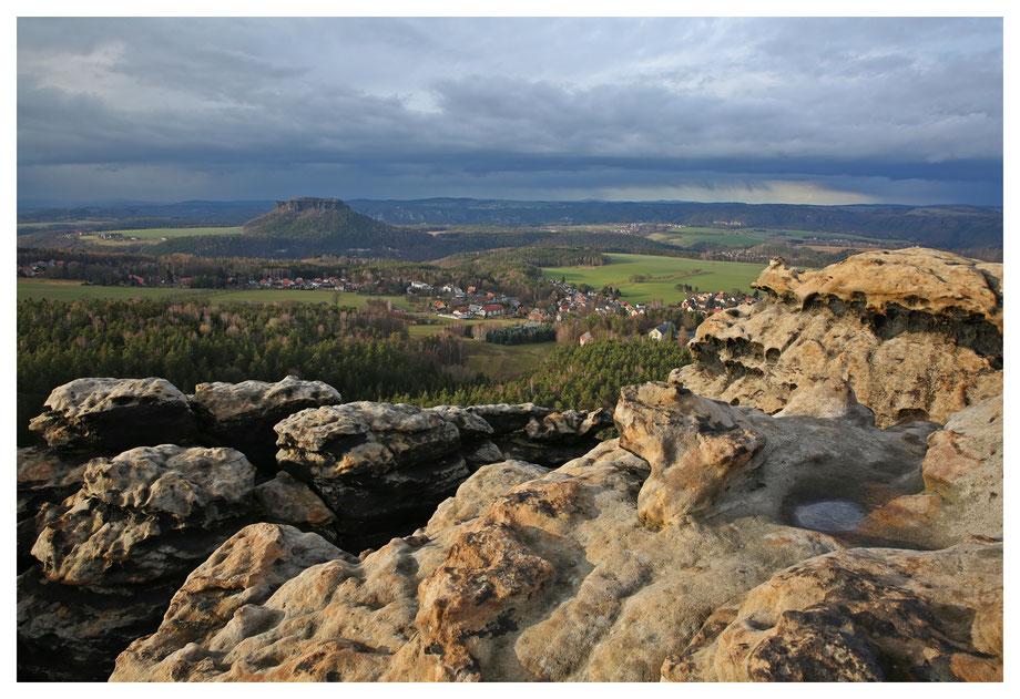 Der Lilienstein mit herrlich weich angeleuchteten Sandsteinfelsen im Vordergrund