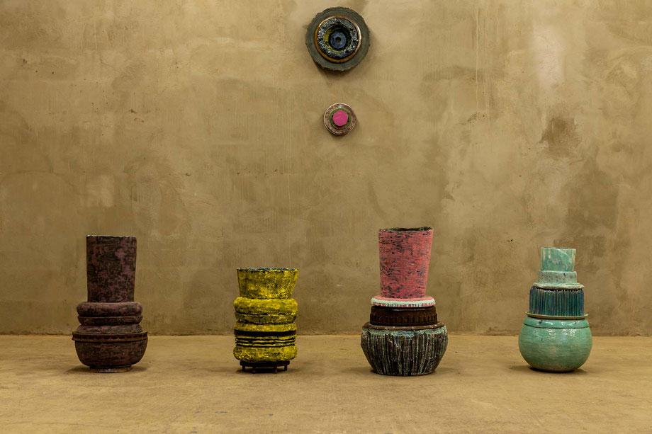 Ausstellungsansicht, farbige Keramik, gestapelt.