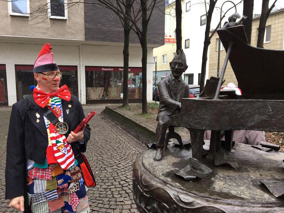 KöbesColonius im Kostüm Stadtführung Karneval Jupp-Schmitz-Denkmal Köln