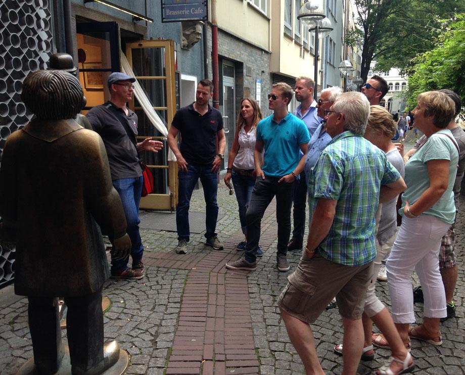 Stadtführung Köln,  KöbesColonius mit Gruppe bei Tünnes un Schäl