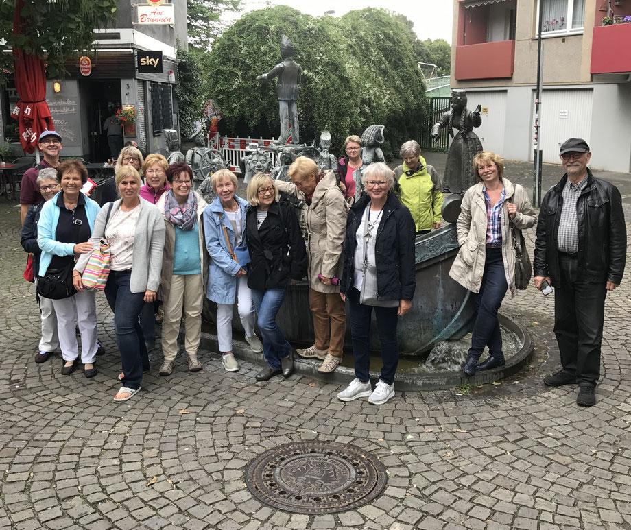 Stadtrführung Gruppe am Karl Bebuer Brunnen in der Kölner Südstadt Severinsstrasse Stadtführung im Severinsviertel