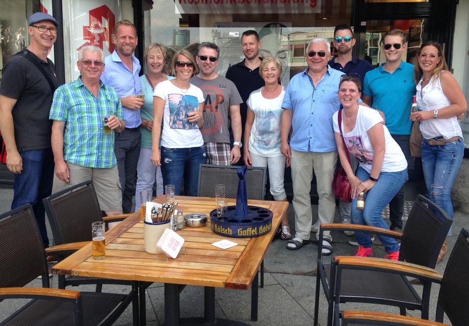 KöbesColonius und Personen-Gruppe am Brauhaus Gaffel am Dom, Stadtführung in Köln, Kölsch, Kölschgläser, Kölsch-Kranz