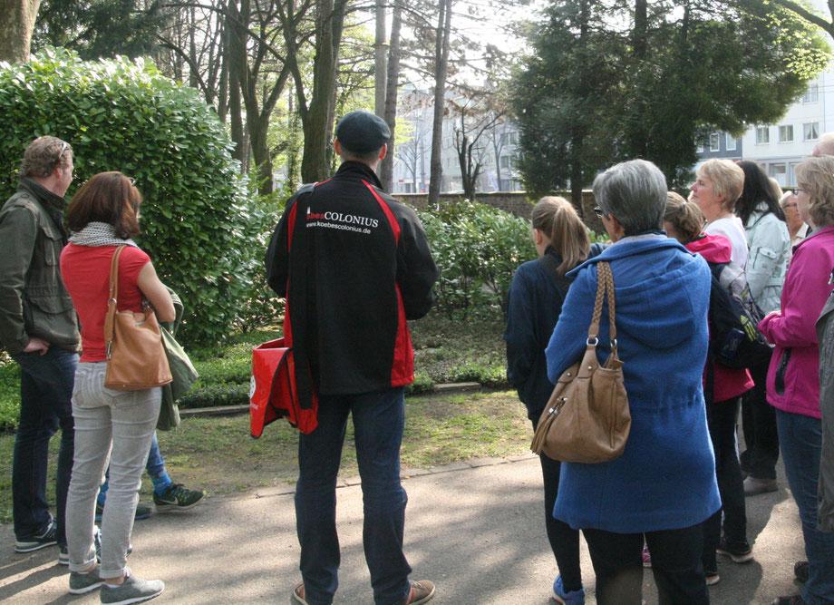 KöbesColonius mit Personengruppe bei Führung auf dem Kölner Friedhof Melaten, Geschichte und Geschichten zu Kölner Persönlichkeiten z B. Ferdinand Franz Wallraf