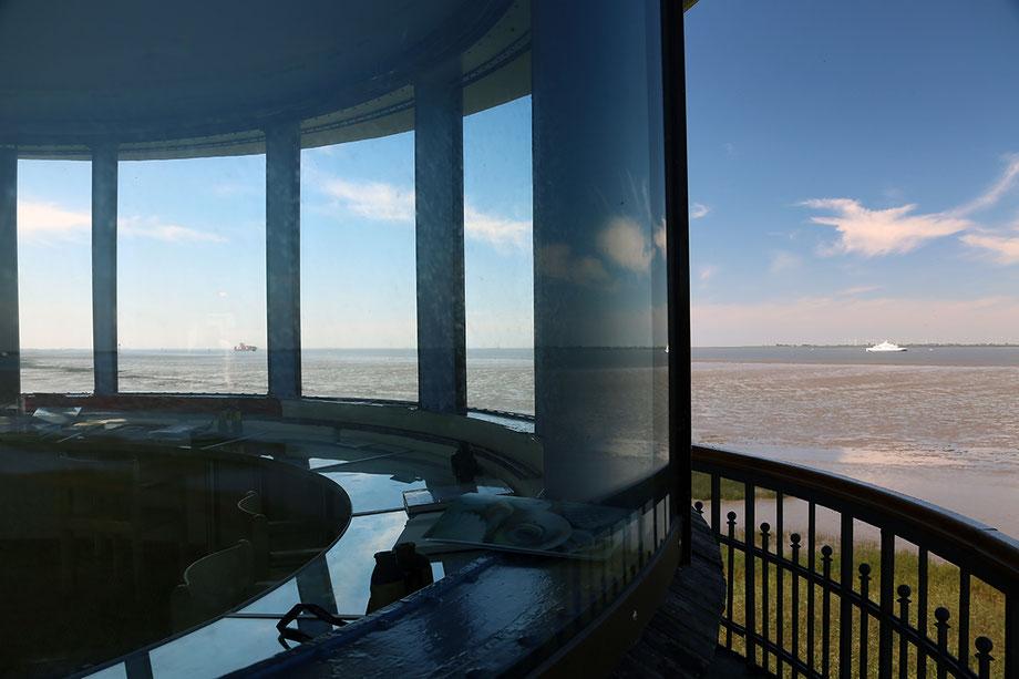 Bild: Blick durch den Baljer Leuchtturm auf die Elbmündung ©Rita Helmholtz