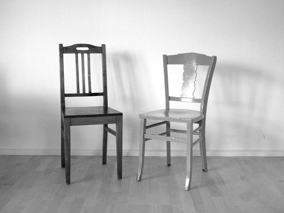 Zwei Stühle stehen einander zugewandt nebeneinander