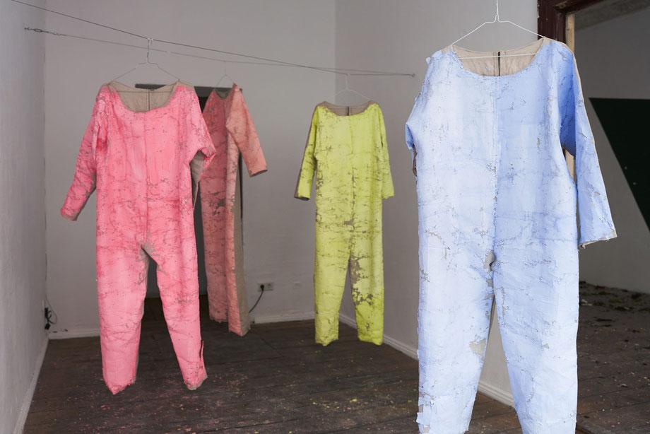ANT AGR BER / 2021 / Suits blueyellowpinkrosa (SMLXL / 4 Anzüge, Körpergrößen 160 cm - 190 cm) / Vinyl / Gips / Leinen / Draht  / Foto: Ana Baumgart