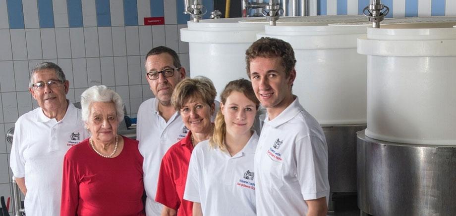 Jakob und Rösli Liechti-Artho (2. Generation), Markus und Renate Liechti-Gruber (3. Generation), Ramona Walli und Gian Liechti (4. Generation)