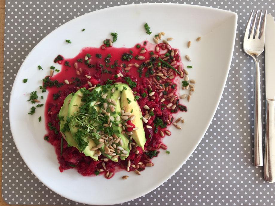 Rote-Beete-Salat mit Apfel und Avocado