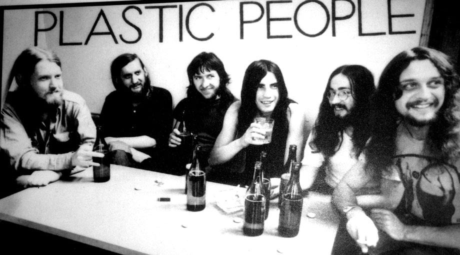 Die Band The Plastic People Of The Universe im Jahr 1973 bei einer Geburtstagsparty. Foto: TPBOTU