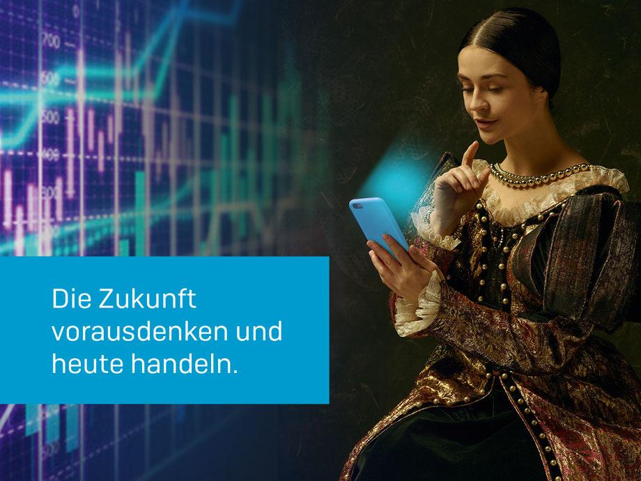 Abgebildet ist eine Frau in einem barock anmutenden Kleid. Sie sieht sehr interessiert auf ihr hellblau leuchtendes Smartphone. Im hellblauen Kasten links steht: Die Zukunft vorausdenken und heute handeln. Im Hintergrund sind Chartverläufe erkennbar.