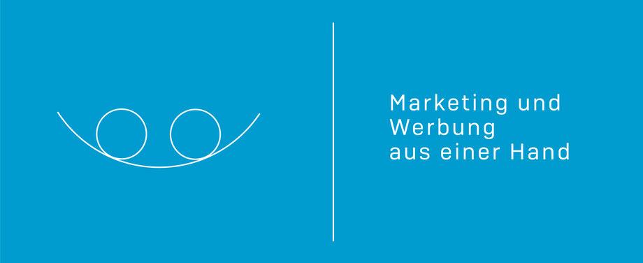 Die Grafik zeigt auf hellblauem Grund in weißer Schrift zwei Kreise in einer Halbschale. Rechts steht geschrieben: Marketing und Werbung aus einer Hand. komjunik - die Marketingagentur und Werbeagentur aus Magdeburg.