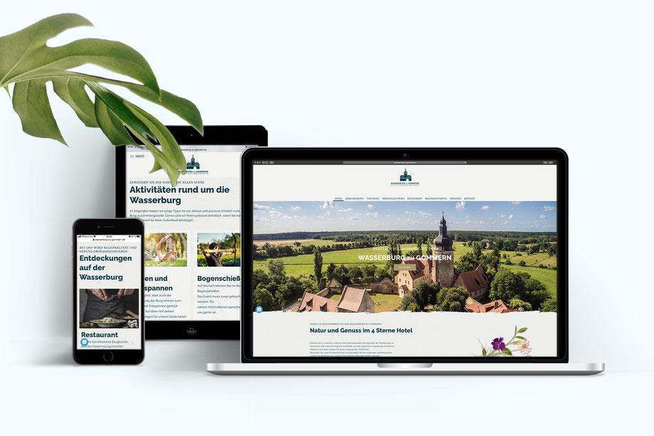 Abgebildet ist ein Smartphone, ein Tablet und ein Laptop. In den Bildschirmen ist jeweils im responsiven Design die Webseite der Wasserburg-zu-Gommern abgebildet. Auf dem Laptop zum Beispiel die Startseite mit dem Foto der Burg, Wiesen und Wäldern.