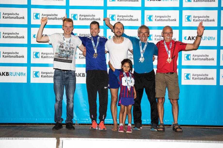 Bei der Siegerehrung werden jeweils die Kategoriensieger gemeinsam aufs Podest gebeten. Hier nach der zweitletzten Etappe in Frick: David Keller, Roger Riegendinger, Oliver Senn, Kurt Moser, Ueli Wäfler.
