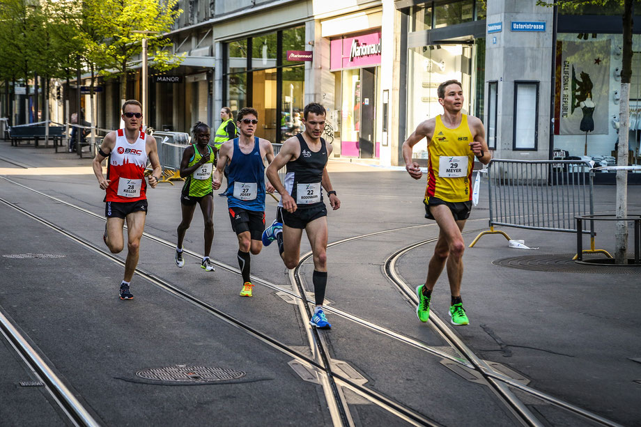 Mit dieser Schweizer Vierergruppe (Josef; Bodenmann, Meyer) lief ich die ersten 10 Kilometer, die führende Frau konnte das Tempo  nicht mitgehen.
