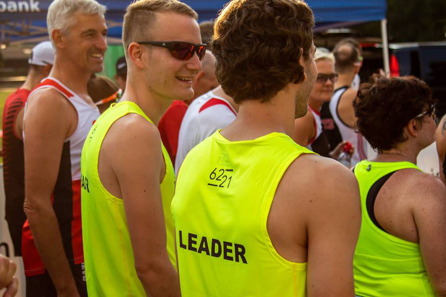 Vor dem Start zusammen mit Tobias Heutschi (Leader Kurzstrecke) und Rainer Hauch, noch sind alle am Lächeln (Foto: AKB Run)