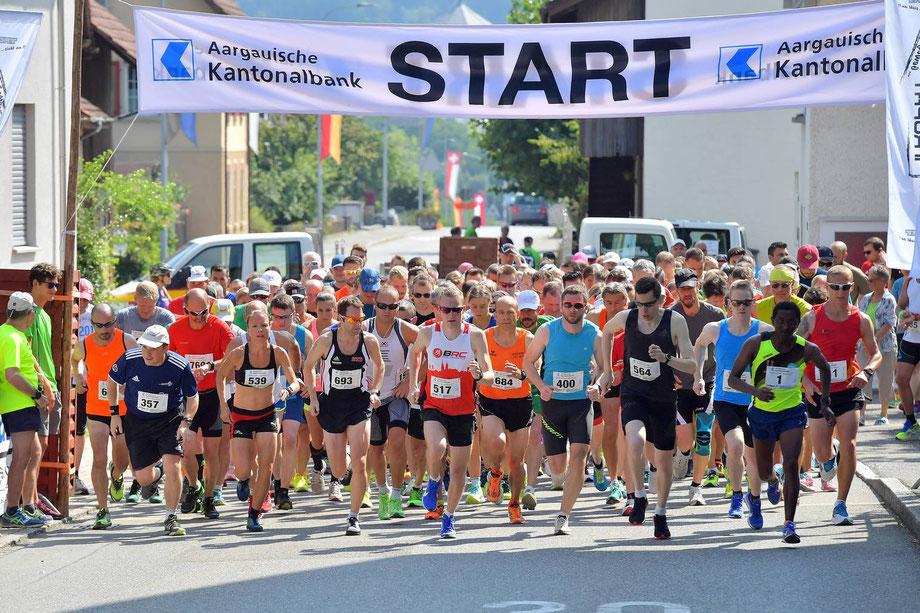 Der Startschuss zum 30. Staufberglauf mittags um 11:55 Uhr (Foto: Aargauer Zeitung)