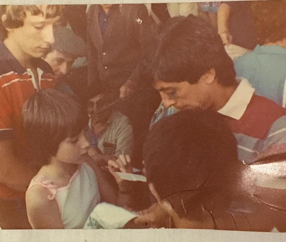 Alain Giresse signe des autographes à des enfants de Belin-Béliet. Collection Le Belinétois.