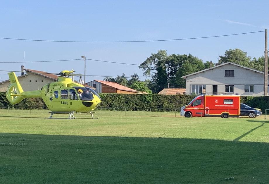 L'hélicoptère du Samu a dû se poser sur le stade Pierre Mano mercredi soir. Photo Le Belinétois