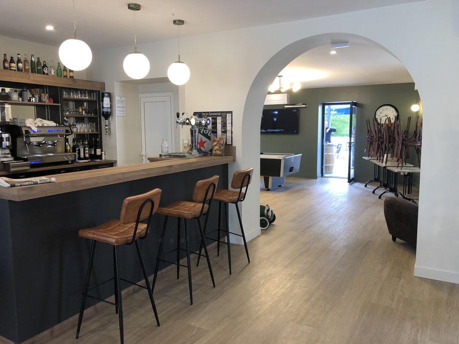 Le bar est dorénavant situé à gauche de l'entrée.
