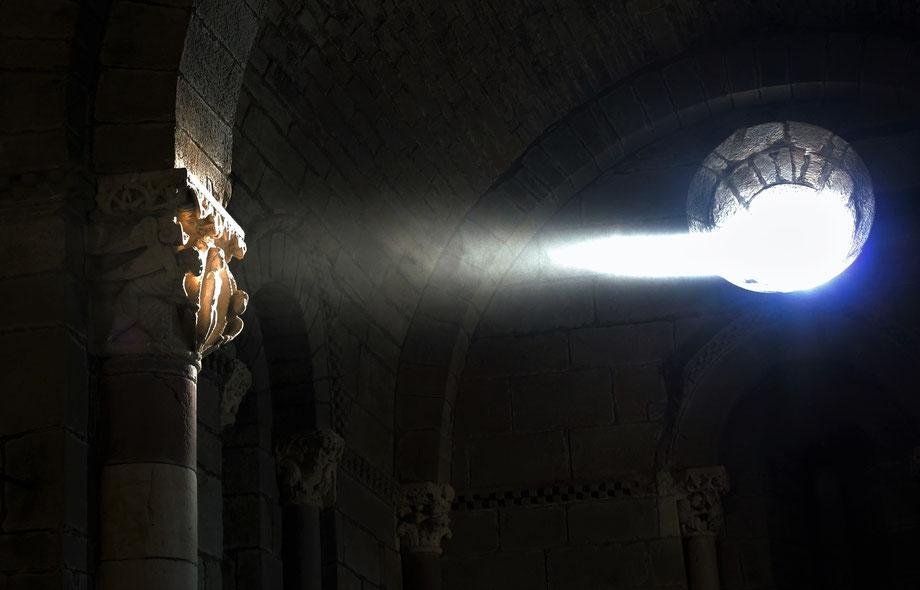 Genau am Tagundnachtgleiche  wird die Alma von Santa Marta de Tera durch Oculus Fenster  angestrahlt.