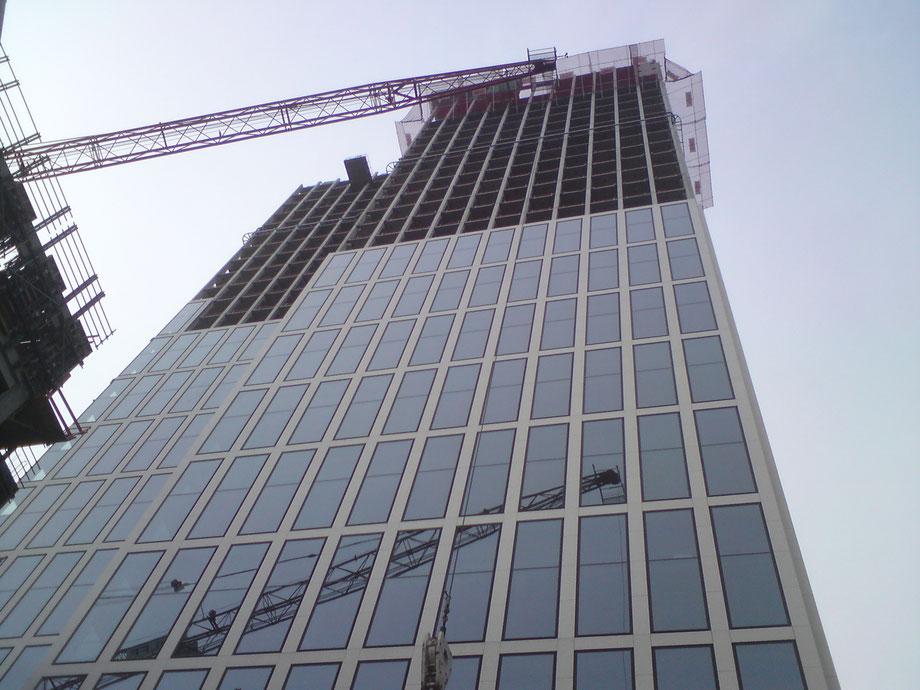 Taunus Turm noch teils ohne Fassade