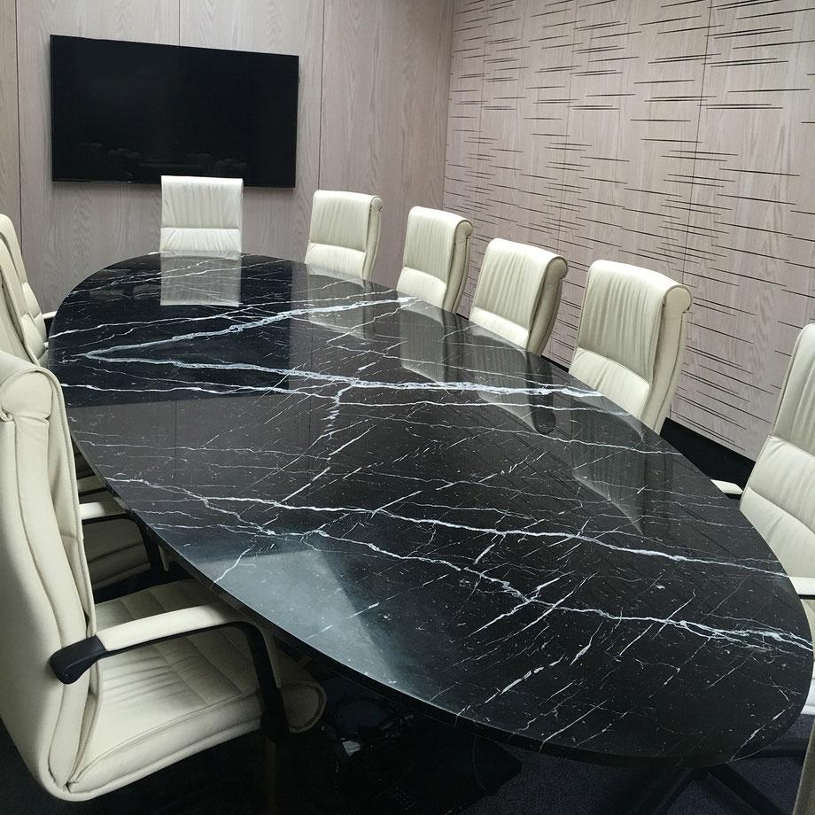 Plateau de table en marbre de 4,70 m de long, grâce au procédé pierre de lin ®