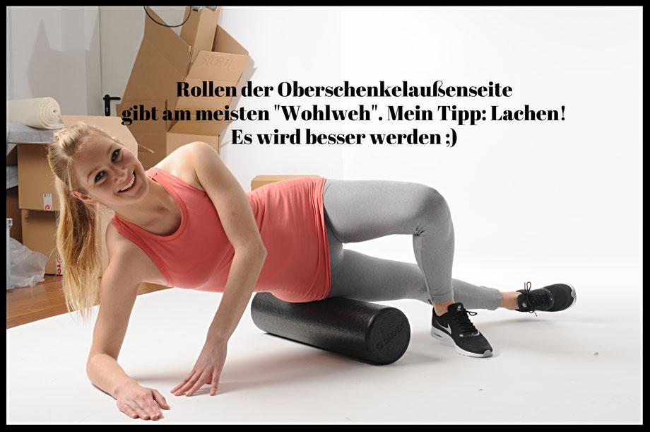 Rollen des Tractus Iliotibialis. Mai-Training Personal Training Pilates Hamburg Faszienrolle Faszientraining