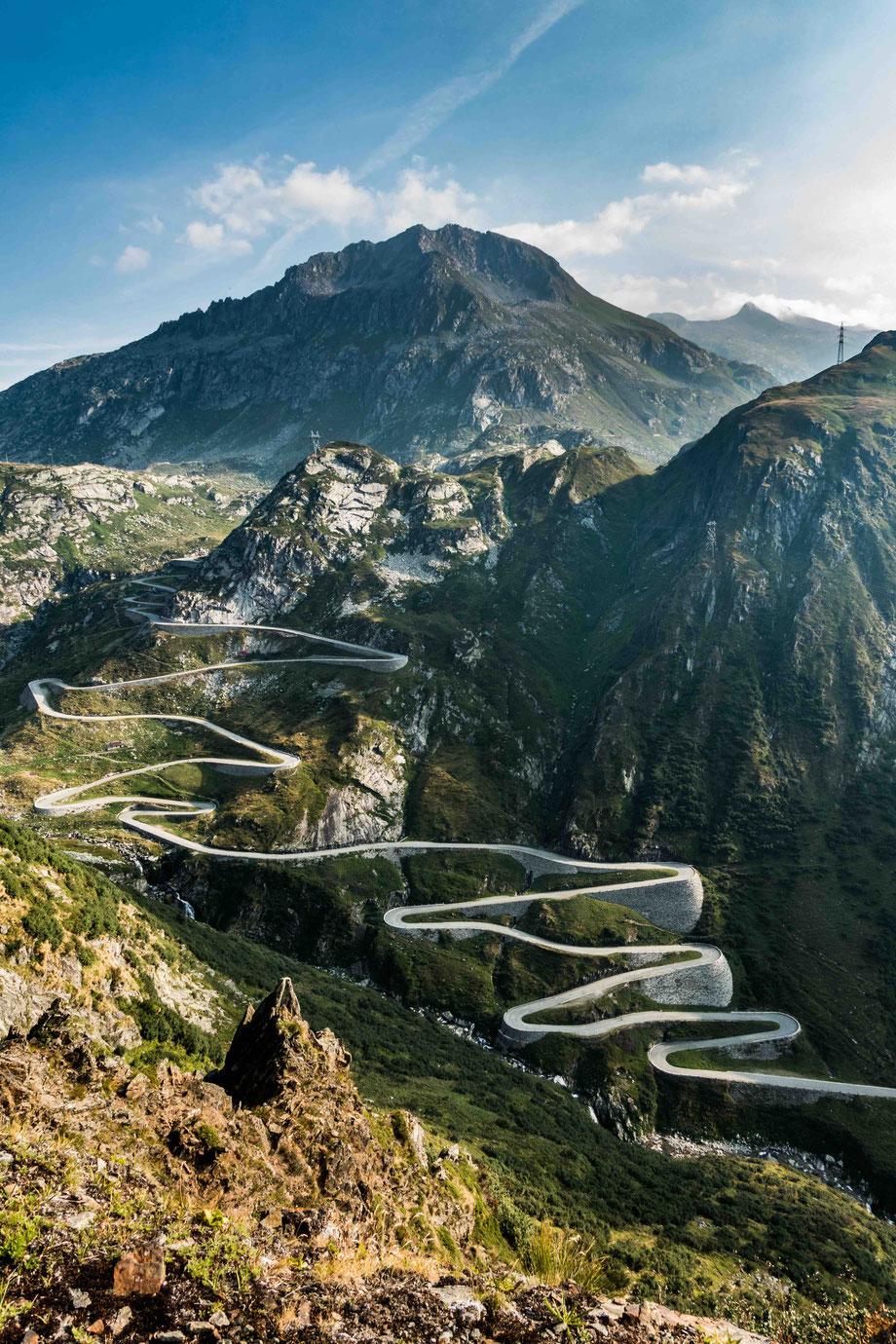 Tremolastrasse: das längste Strassenbau-Denkmal der Schweiz. Die Strasse überwindet im spektakulärsten Abschnitt auf einer Länge von vier Kilometern 300 Höhenmeter in 24 Kehren