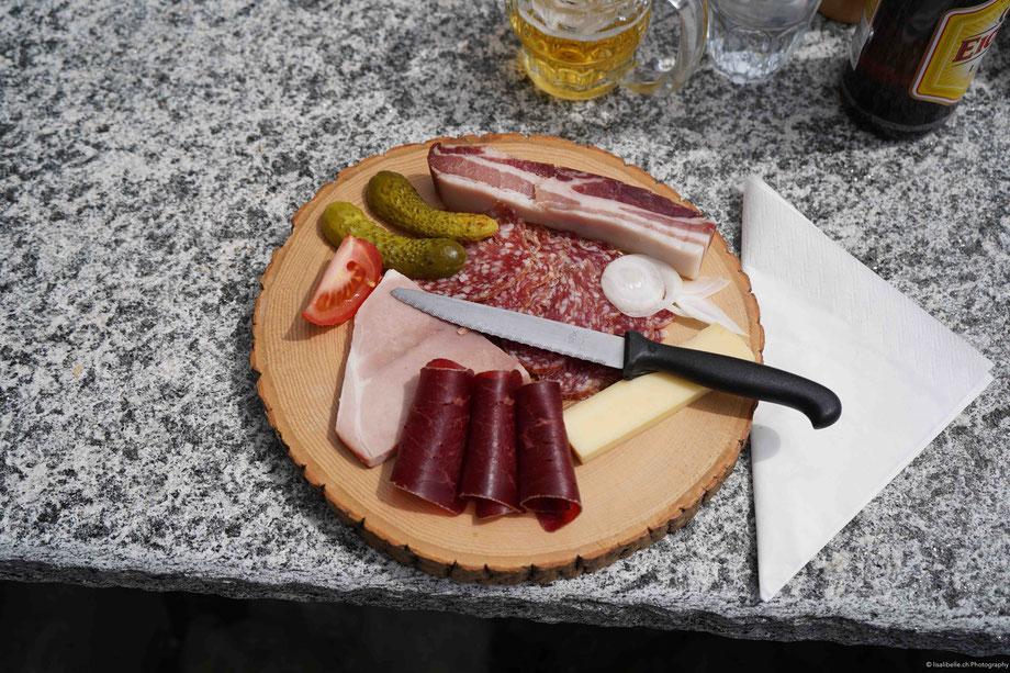 Das Mittagessen in einer Alphütte hat Andreas mit Heisshunger verzehrt :). Es gab eine köstliche hausgemachte Suppe und dann ein Fleisch- und Käseplättli idyllisch auf Holz serviert (Bild oben)