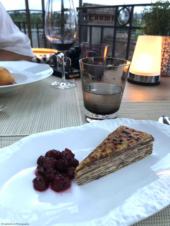 Gâteau de crêpes catalanes aus cerises - Tortenstück von Crêpes und gebrannter Creme mit Sauerkirsche. Eine Crêpes-Torte ist nicht nur der Beweis für trendy, sondern Schicht für Schicht ein Gedicht!
