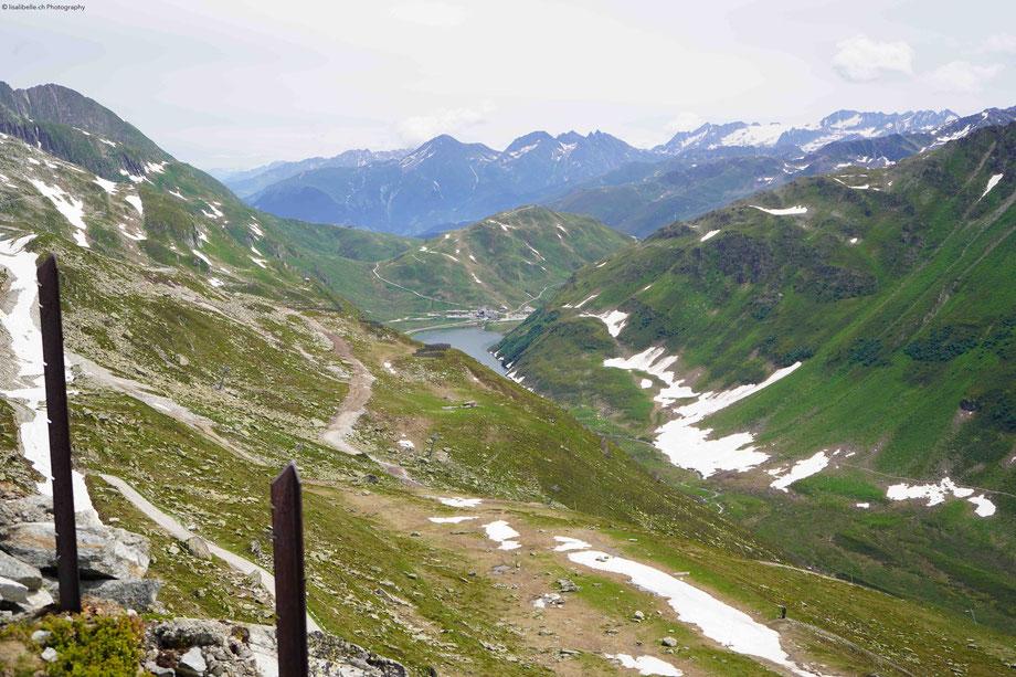 Die Natur präsentiert sich von ihrer idyllischsten und zugleich wildesten Seite: Stausee, kleine Wasserfälle und Stromschnellen, Gletscherberge und karge Felswände