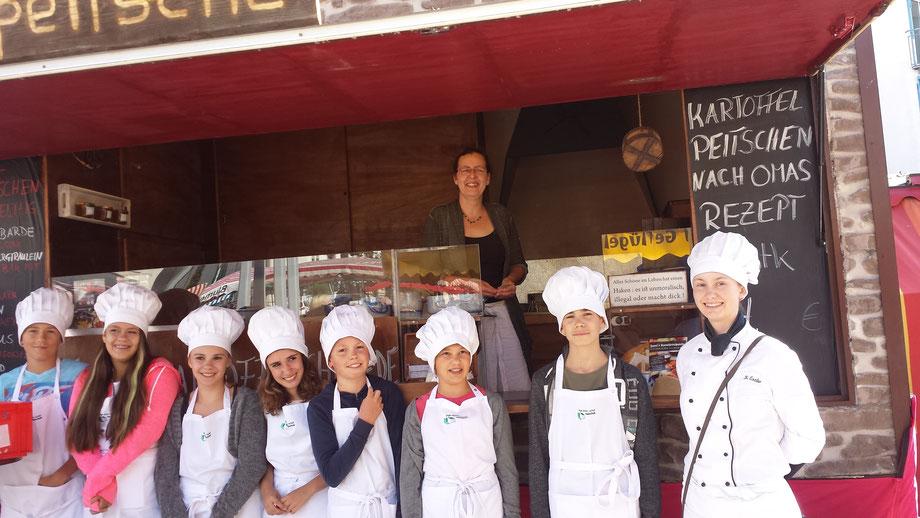 Bild Nr 19---Juni 2016 Wochenmarkt Neu-Ulm eine Schulklasse darf einkaufen, und erfreut sich an Kartoffelpeitschen