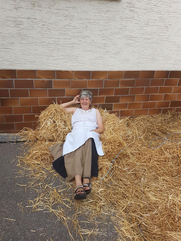 Bild Nr 26---Burgau Juli 2017 Mamas 75. geb ich möchte jetzt noch meinen Sekt bevor es los geht