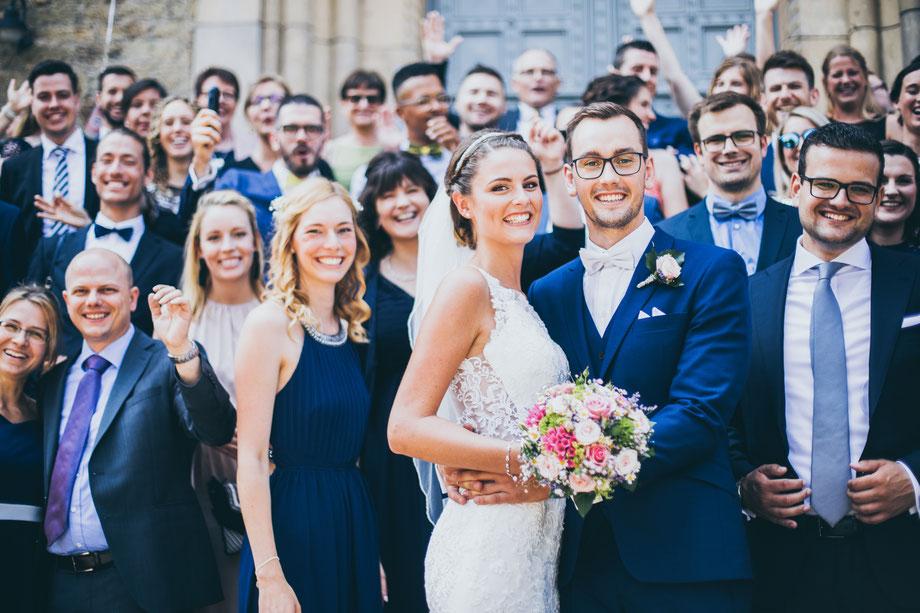 Gruppenfoto mal anders, Emotionale Hochzeitsfotografie in Koblenz