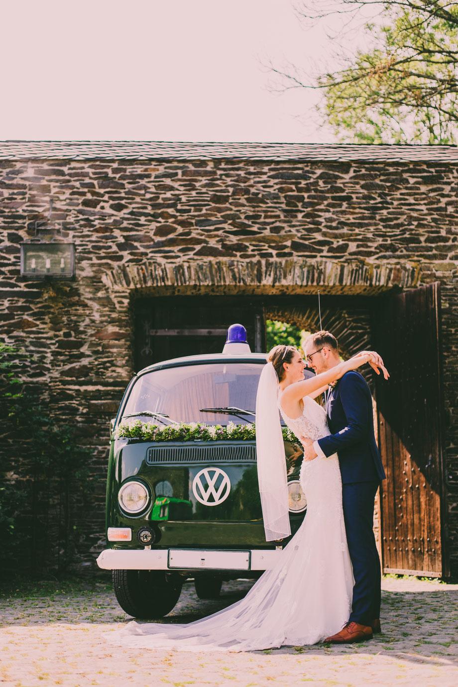 Brautpaarshooting mit VW Bully, Emotionale und authentische Hochzeitsfotografie in Koblenz