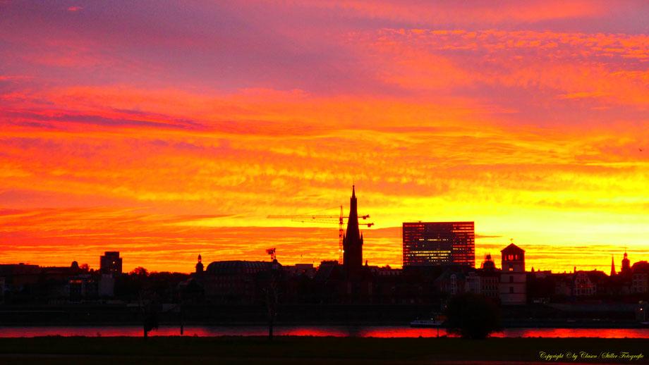 Düsseldorf, Clasen/Stiller Fotografie, Udo Clasen, Patrick Stiller, Rhein, Düsseldorfer Skyline, rot, blau, lila, gelb, gold, Düsseldorf Altstadt,