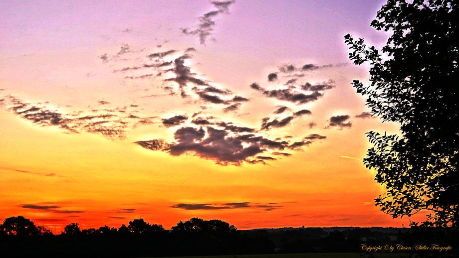 Clasen/Stiller Fotografie, Udo Clasen, Patrick Stiller, Nachtaufnahme, Komet Neowise, Langzeitbelichtung, Sonnenaufgang, rot, grün, blau, orange, gold, HDR, Düsseldorf Fernsehturm, Duisburg, abstraktes, Kunst, Fotokunst, farbenspiel, Wolken, Ratingen,