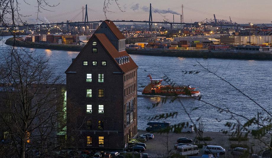 Blick über die Elbe vom Donnerspark auf den Hafen und die Köhlbrandbrücke. Dieser freie Blick ist schon seit fünf  Jahren Geschichte!