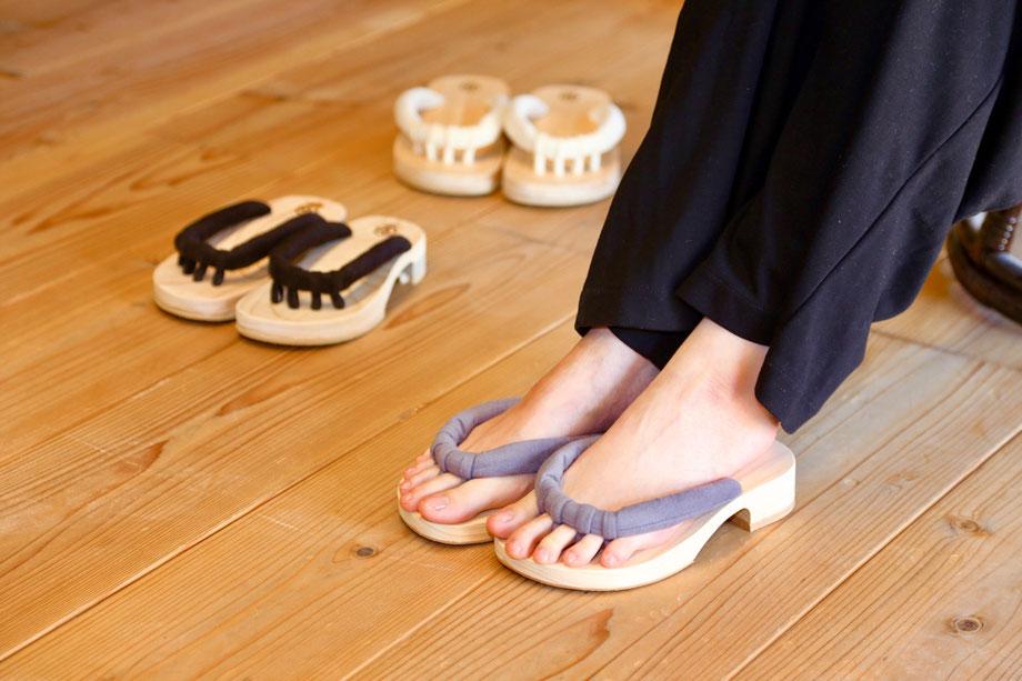 室内履きのroomGETALS(ルームゲタル)は、おうちで年中履ける五本指下駄です。ルーム下駄です。家事はもちろん、普段から凝り固まった足指を自宅で簡単に開放する下駄です。履いてみると、とても気持ちいいです。特にテレワークに快適で最適な履物です。足指刺激のある下駄です。浮指対策に効果的な下駄です。