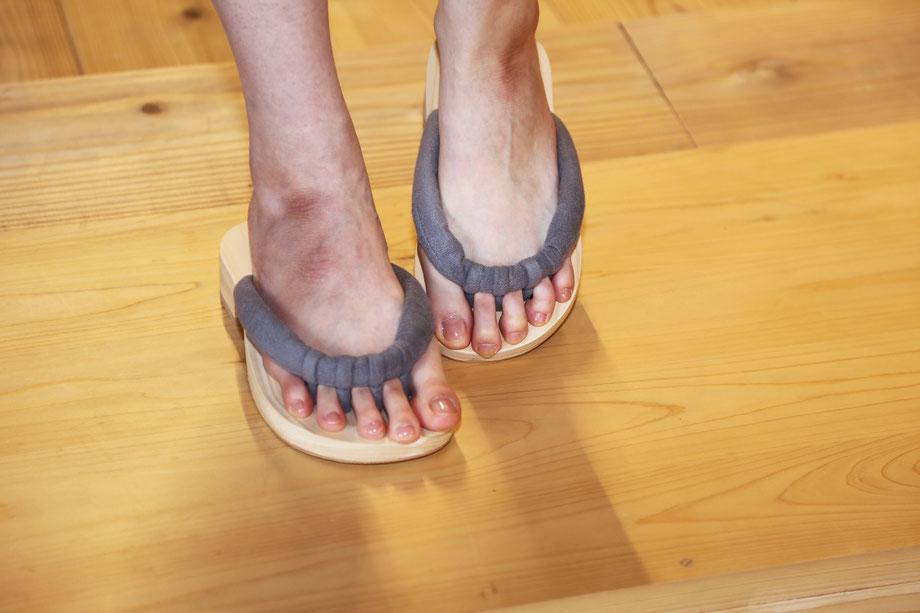 GETALS(ゲタル)は、足指が開放しているので、容易に足指運動ができる履物です。テレワークにもいい履物です。五本指下駄です。足指の刺激が気持ちいい下駄です。浮指対策に効果的な下駄です。
