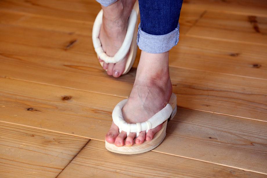 GETALS(ゲタル)はバランスよくキレイに歩ける五本指に分かれているので足指が地面を捉えられる下駄です。足指の刺激が気持ちいい下駄です。浮指対策に効果的な下駄です。