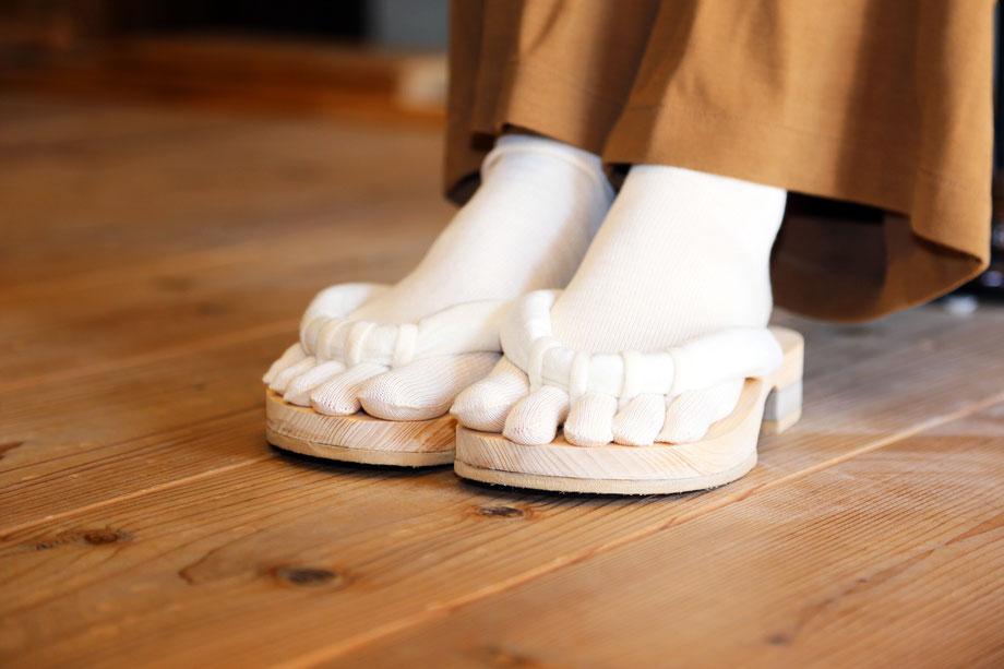 五本指ソックスを履いて室内履きのroomGETALS(ルームゲタル)は五本指下駄です。特にテレワークには最適の履物です。足指の刺激が気持ちいい下駄です。浮指対策に効果的な下駄です。