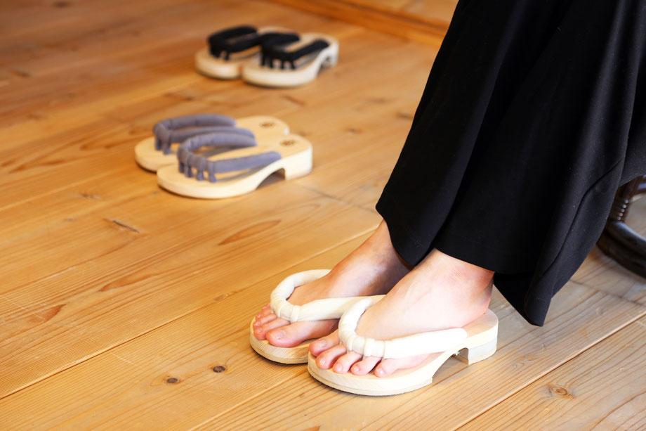 roomGETALS(ルームゲタル)室内履き五本指下駄、鼻緒白、黒、グレー