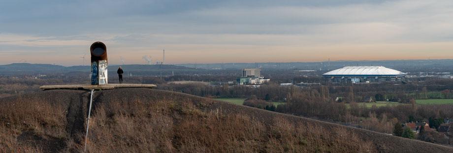 Links im Hintergrund: Halde Hoheward. Links vorne: Das zweite Rohrgebilde Rechts: Die Veltins-Arena auf dem Trainingsgelände des FC Schalke 04