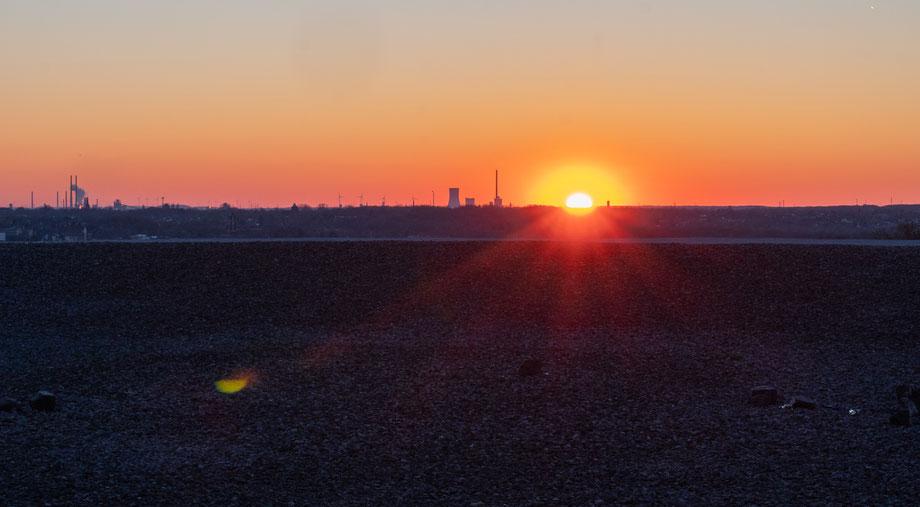 Fast geschafft: Ein traumhafter Mix aus Blau, Orange und Rot. Die letzten Sonnenstrahlen recken sich über den Horizont.