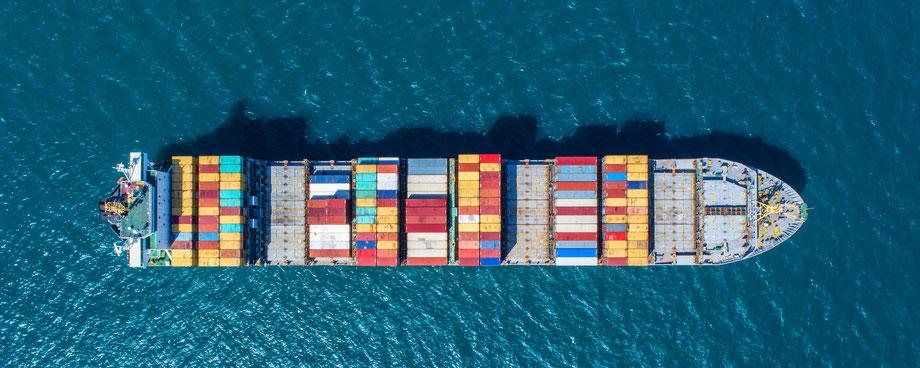 Containerschiff auf dem Meer, Websites für KMU und Selbstständige