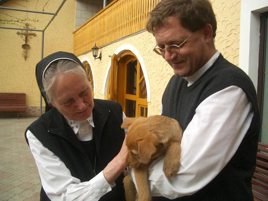 """Sr. Bernardis mit Pater Martin: Auch die Tiere bekommen eine gewisse """"Seelsorge"""""""